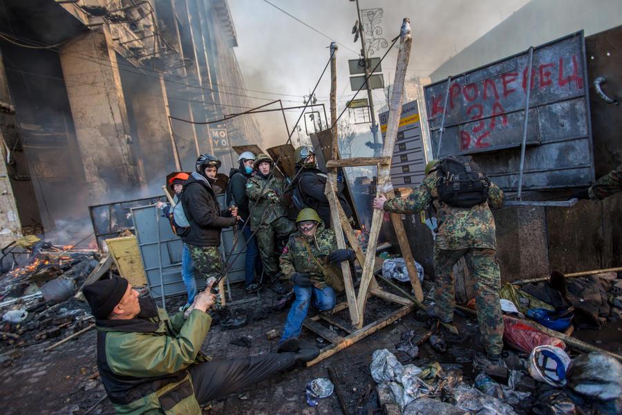 Киевские спасатели попросили митингующих не мешать им тушить пожары на Майдане