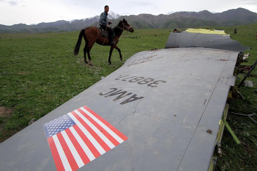 Обнаружено тело третьего пилота самолета, разбившегося в Киргизии