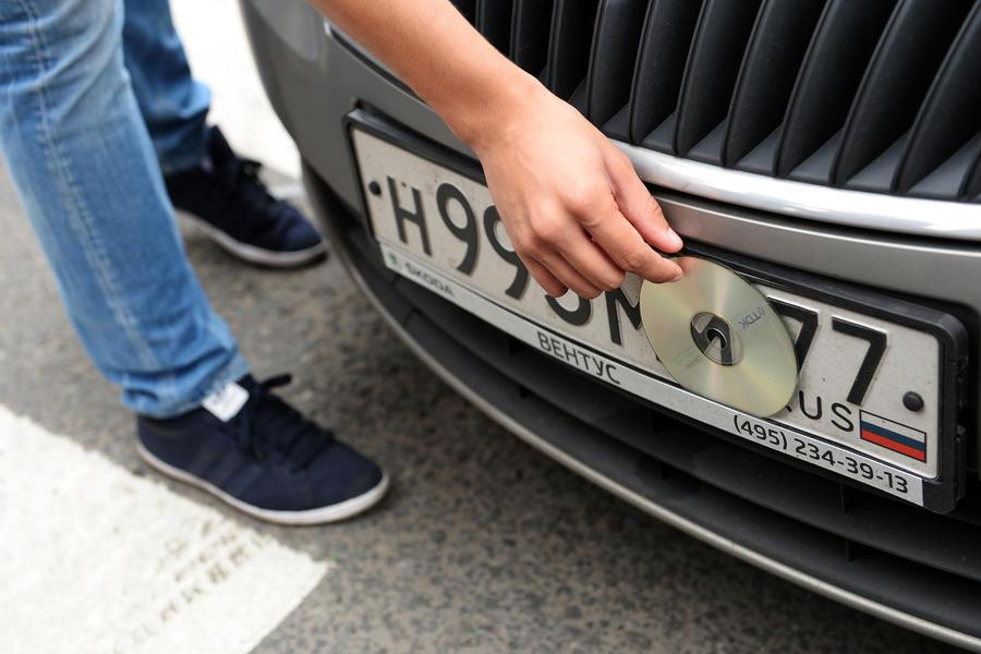 Столичные инспекторы не дадут нарушителям правил парковки скрывать номера
