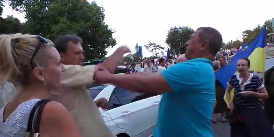 В Одессе сторонники киевских властей напали на хозяина автомобиля с георгиевской ленточкой