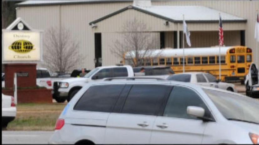 Мужчина в Алабаме напал на школьный автобус, застрелил водителя и взял мальчика в заложники