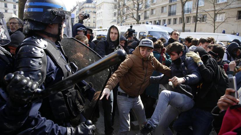 Репортаж с риском для жизни: корреспондент RT France получает угрозы за освещение протестов