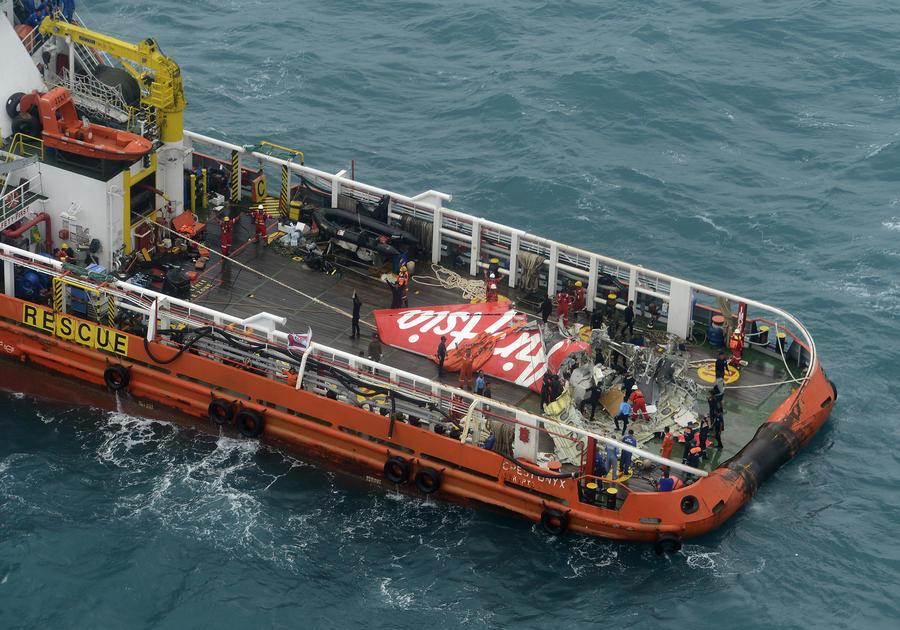 Водолазы приступили к подъёму со дна Яванского моря чёрного ящика разбившегося лайнера AirAsia