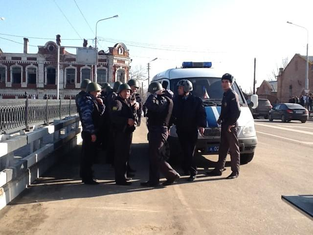 Блогер: к зданию колледжа в Астрахани подогнали БТР