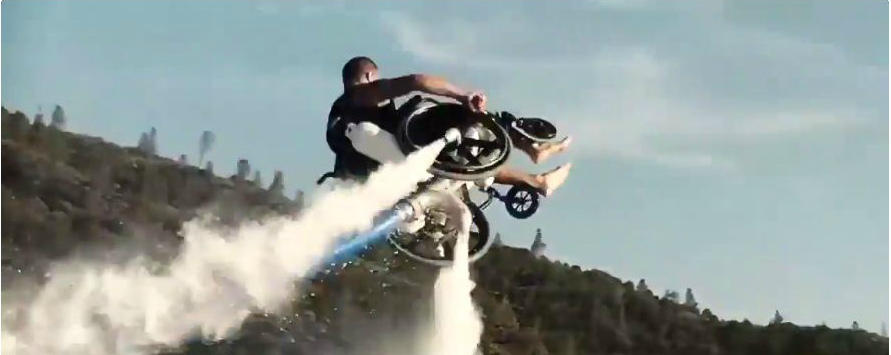 Инвалидное кресло не мешает летать над водой на реактивном ранце