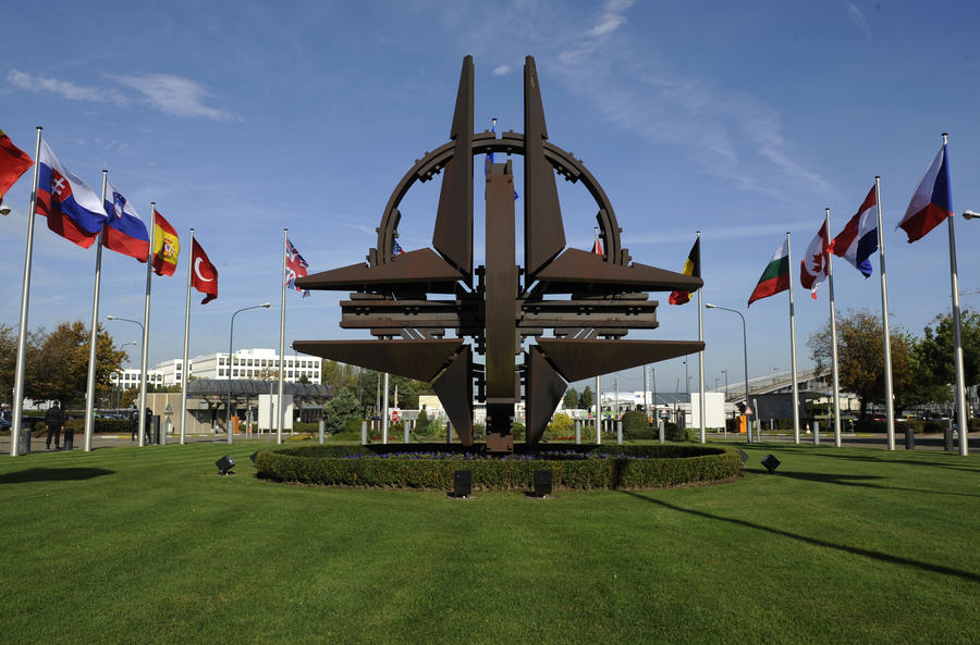Член парламента Канады забыла в аэропорту важные документы НАТО