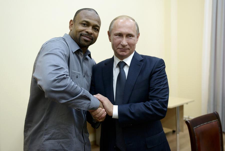 Американский боксёр Рой Джонс стал россиянином