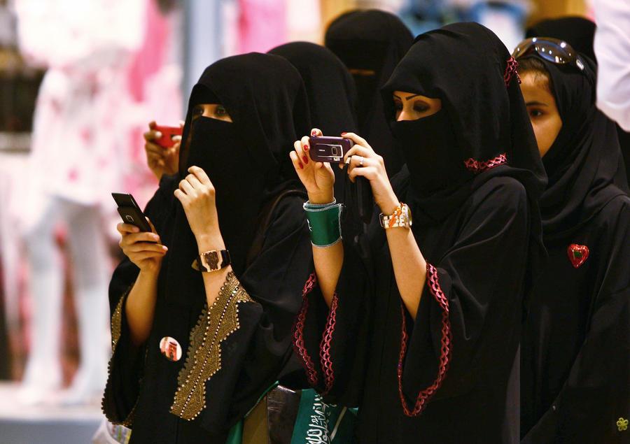 Женщины впервые голосуют на муниципальных выборах в Саудовской Аравии