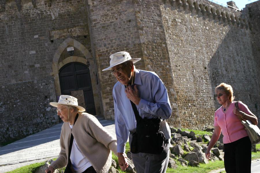 В Италии собрались путешественники на ослах и велосипедах