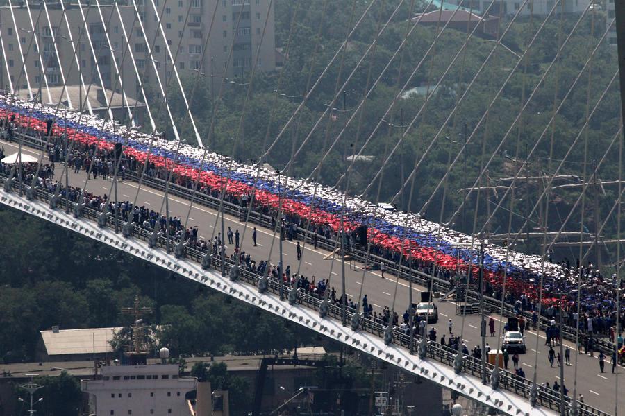 Жители Владивостока создали гигантское изображение российского флага