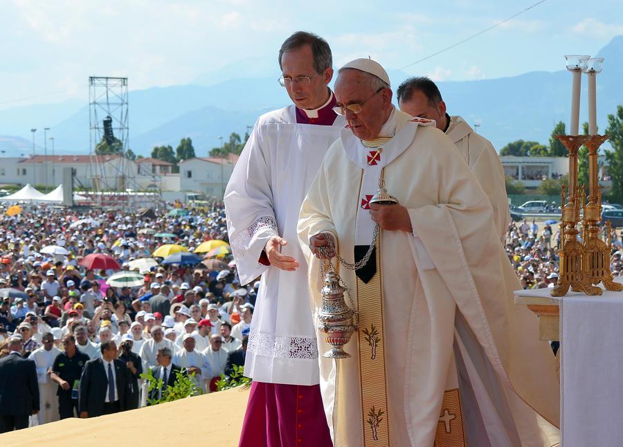 Папа Римский обвинил мафиози в поклонении дьяволу и отлучил их от церкви