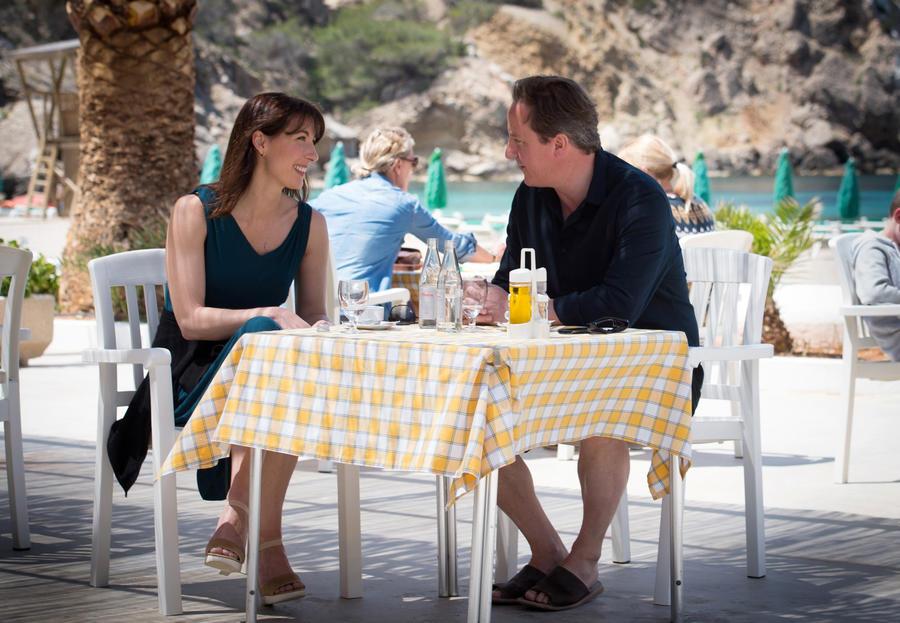 Дэвид Кэмерон отдыхает на Ибице, пока в Великобритании бушует терроризм