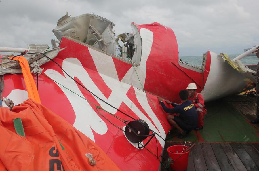 Индонезийские спасатели обнаружили тела двух пилотов рухнувшего лайнера AirAsia