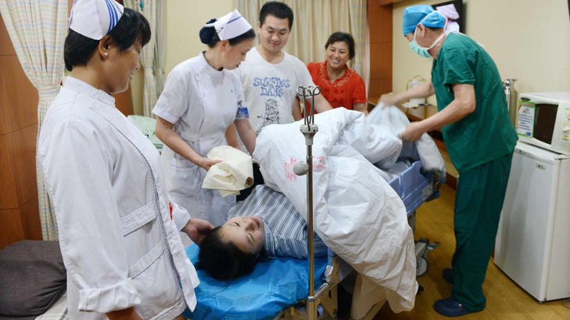 Китайских чиновников отстранили от должностей за торговлю детьми