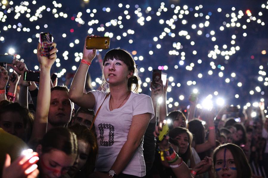 Зона без телефона: Артисты борются с любителями снимать концерты на смартфон