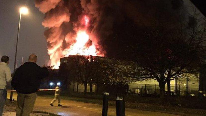 В пригороде Лондона после серии взрывов начался крупный пожар