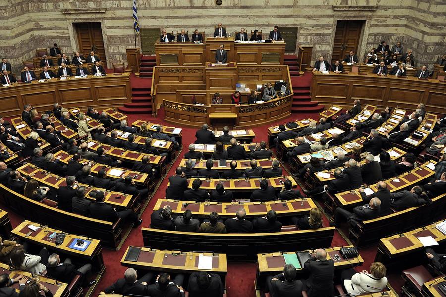 Парламент Греции принял бюджет без одобрения «тройки» международных кредиторов