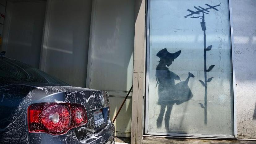 Всемирно известные граффити Бэнкси взяли под охрану