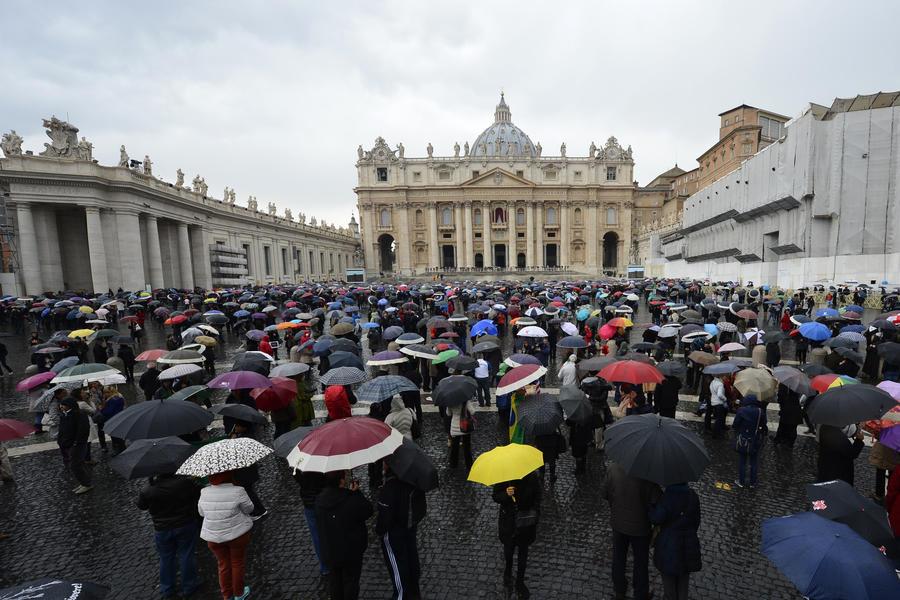 Нет дыма без огня:  кардиналы опять не избрали Папу Римского