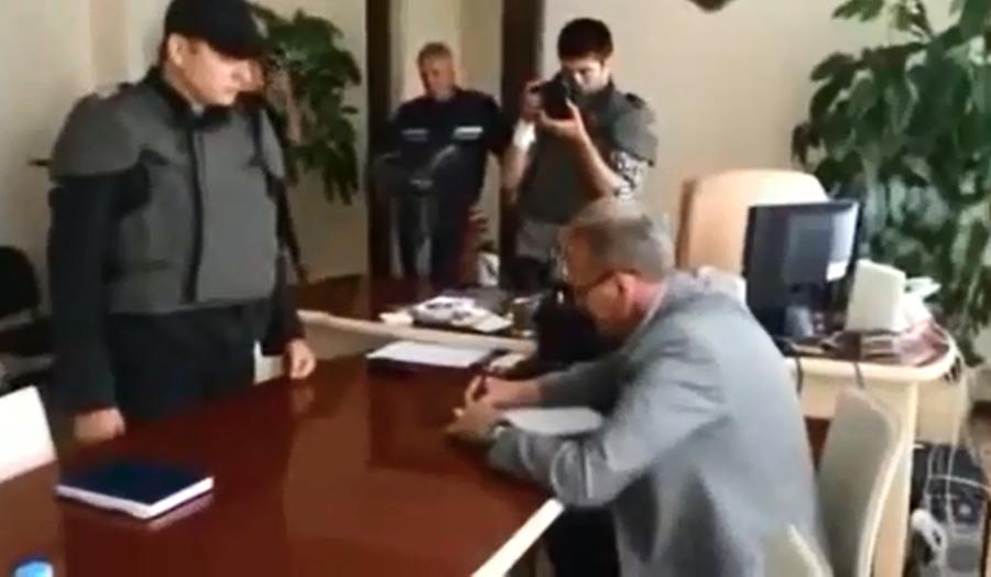 Радикал Олег Ляшко угрозами вынудил главу горсовета Славянска написать признание в предательстве
