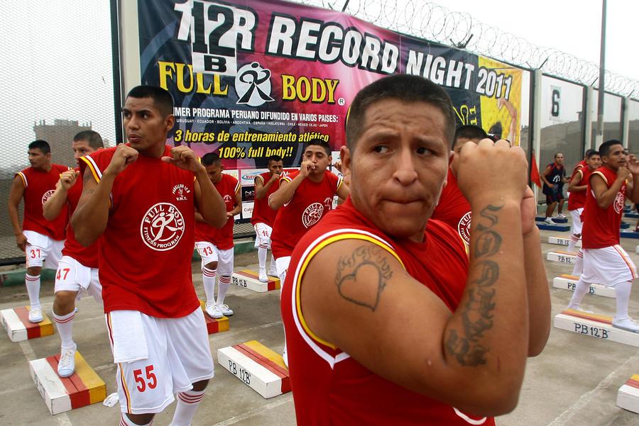 Перуанские заключенные нацелились на рекорд Гиннесса: больше тысячи человек одновременно занялись аэробикой
