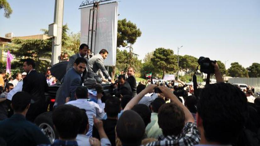 Исламисты забросали президента Ирана яйцами и ботинками в знак протеста против примирения с США