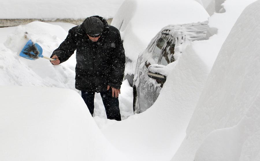 Кортеж премьер-министра Украины застрял в снежном заносе