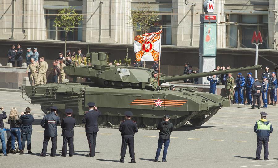 Танк «Армата» без маскировки: фоторепортаж с генеральной репетиции парада Победы
