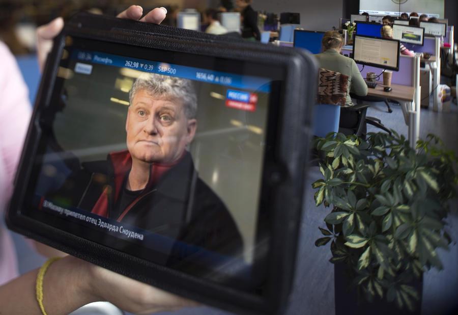 Отец посоветовал Эдварду Сноудену остаться в России