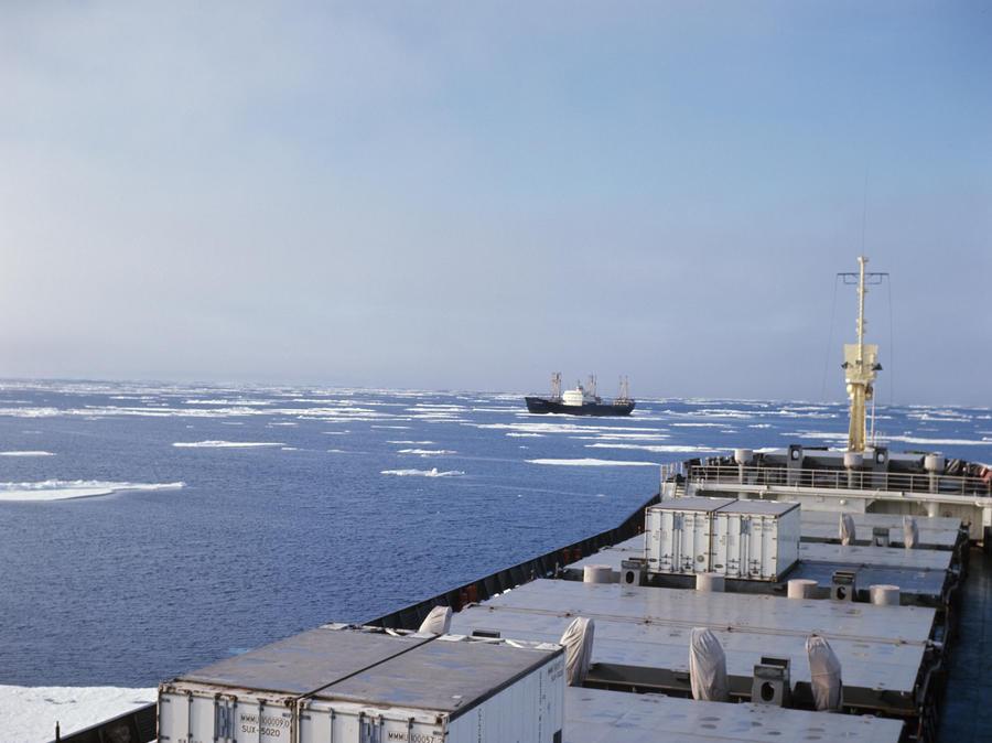 СМИ: Напряжённые отношения с Москвой могут помешать Канаде вернуть дрейфующую у Чукотки баржу