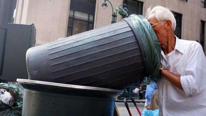 Полиция Дубая вернула туристке найденные в мусорном контейнере  $70 тыс.
