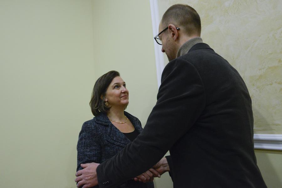 Немецкие СМИ:  После визита Виктории Нуланд у Арсения Яценюка нашли множество недостатков