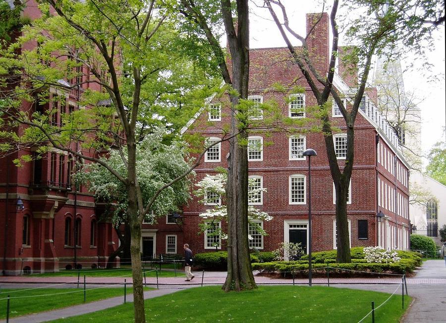 Полиция ищет террориста в пригородах Бостона: закрыт Гарвардский университет