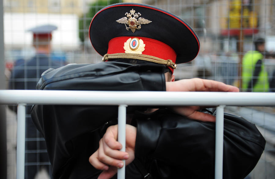 В Астрахани мужчина взял в заложники двух девочек и учителя