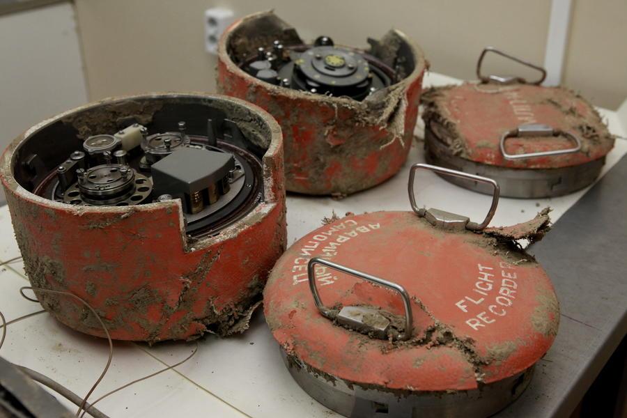 Данные чёрного ящика: в кабине самолёта Леха Качиньского распивали пиво, пилотов отвлекали от полёта
