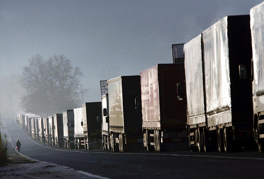 На границе Белоруссии и Польши образовалась 30-километровая пробка из фур