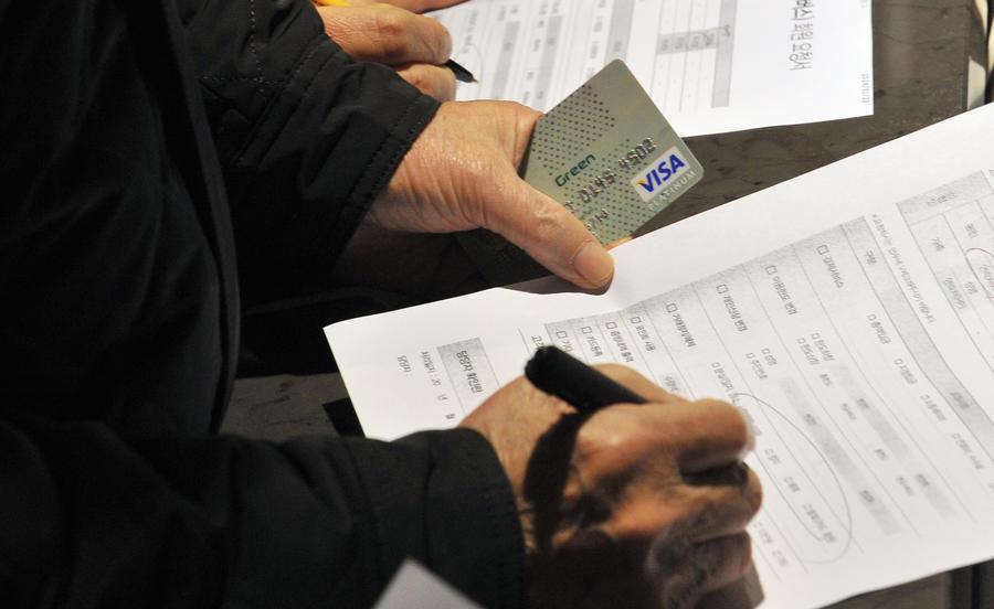 Банк HSBC попросил своих клиентов доказать необходимость снятия крупной суммы денег со счёта
