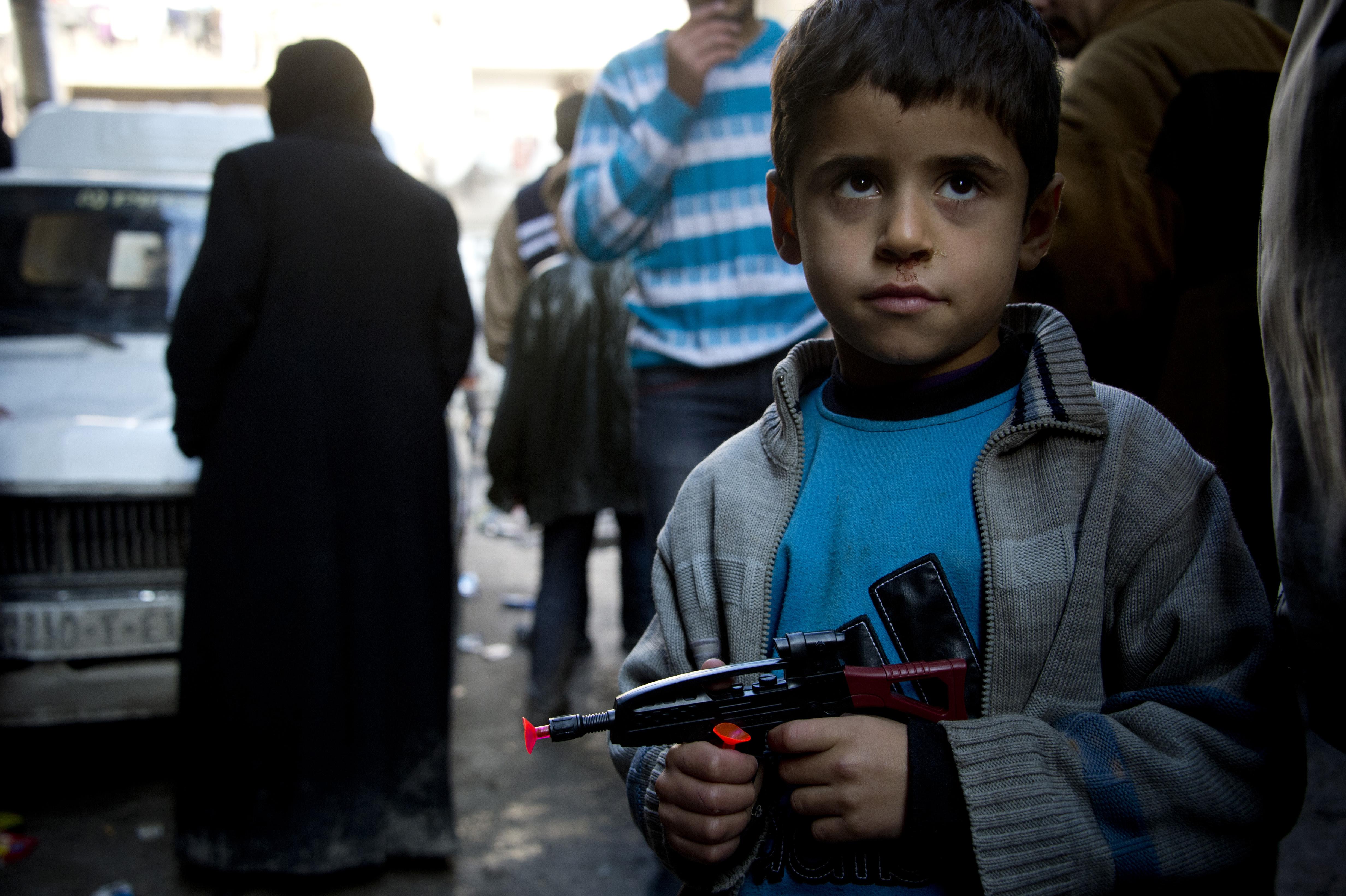 Юные исламисты в Сирии режут глотки пленным