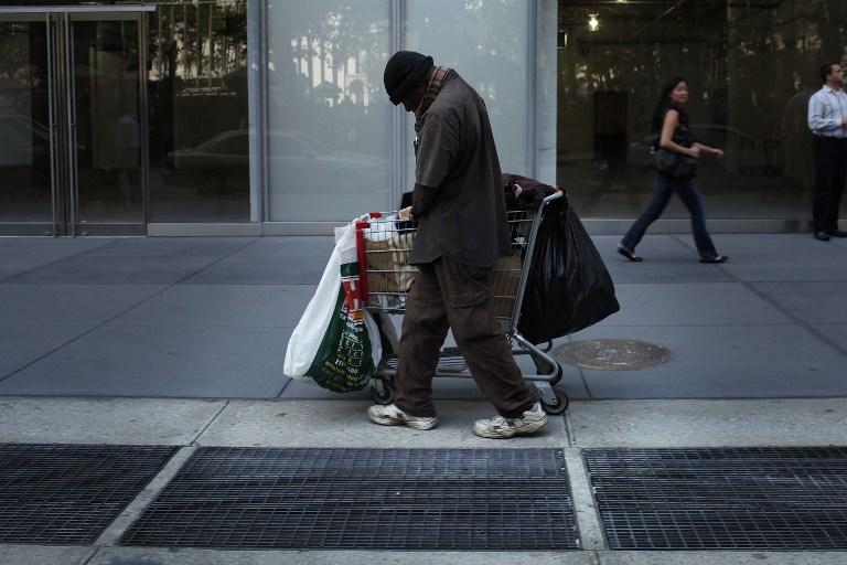 Нью-йоркский бомж побоялся носить ботинки, подаренные ему полицейским