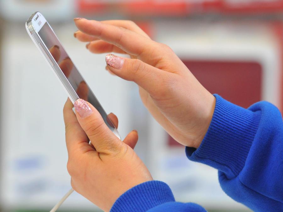Исследование: привычка проверять смартфон каждую минуту оказалась заразной
