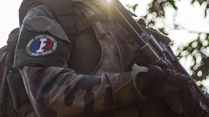 Французские солдаты украшают свою форму нашивками с лозунгами СС