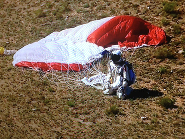 Прыжок из космоса: австриец пробил звуковой барьер и остался в живых