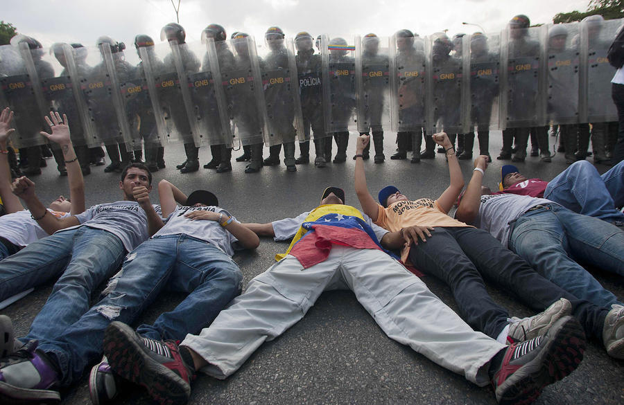 Полиция Каракаса применила слезоточивый газ против манифестантов