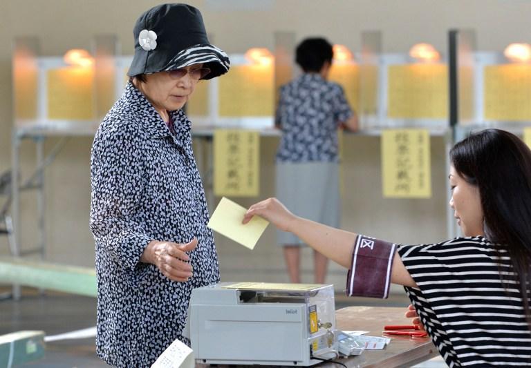 На выборах в Японии побеждают либерал-демократы