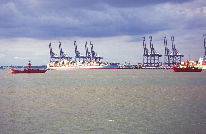 Российский капитан стал узником корабля, застрявшего в водах Великобритании из-за долгов