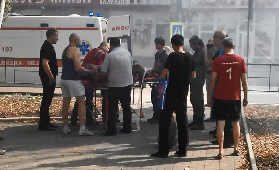 В Донецке обстреляны жилые дома и детсад, жители Луганска стараются не передвигаться по городу