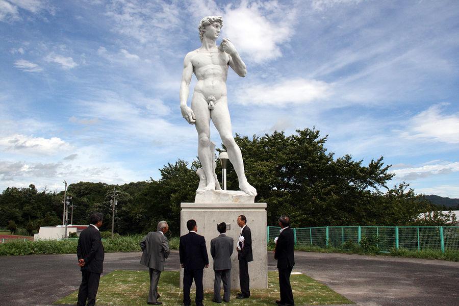 Жители японского городка требуют надеть трусы на статую Давида