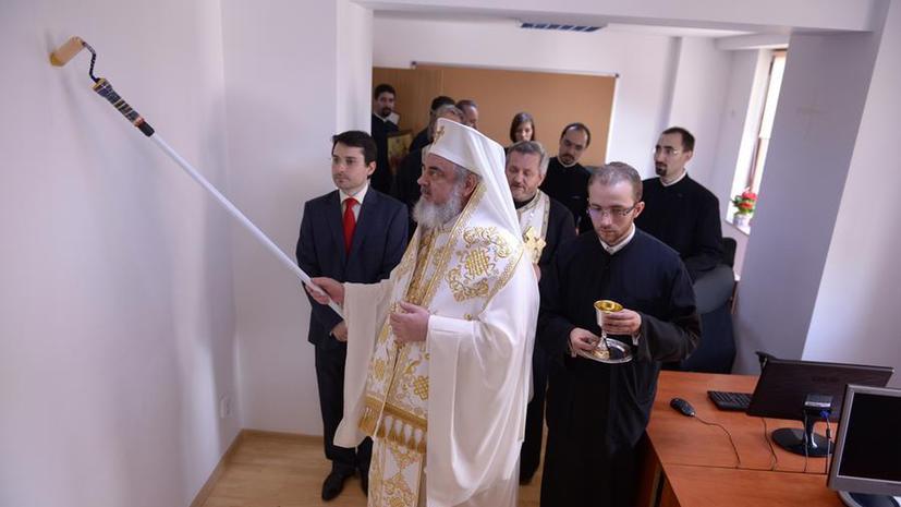 Румынский патриарх освятил телестудию малярным валиком