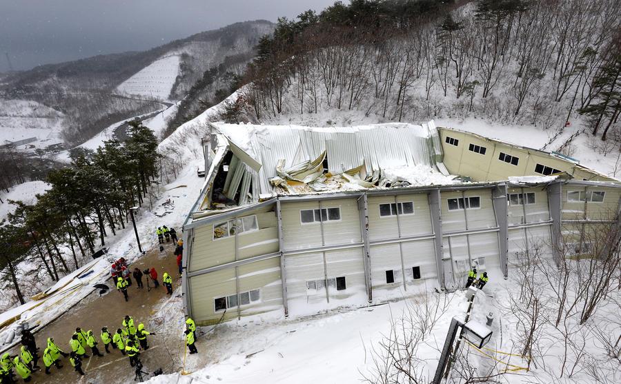 Число жертв обрушения здания в Южной Корее увеличилось до десяти человек