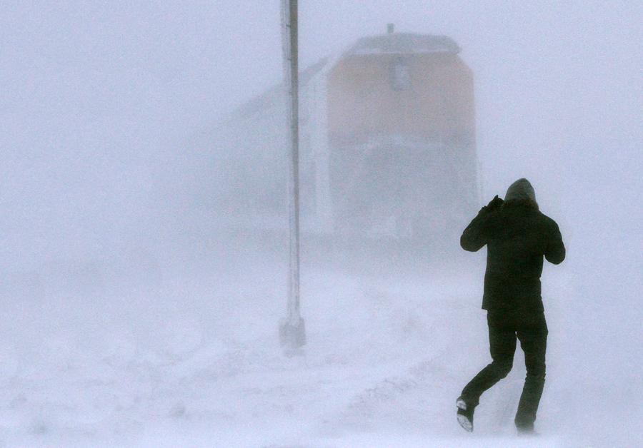 Житель Братска выпал из поезда и пробежал 7 километров по тайге в одной майке